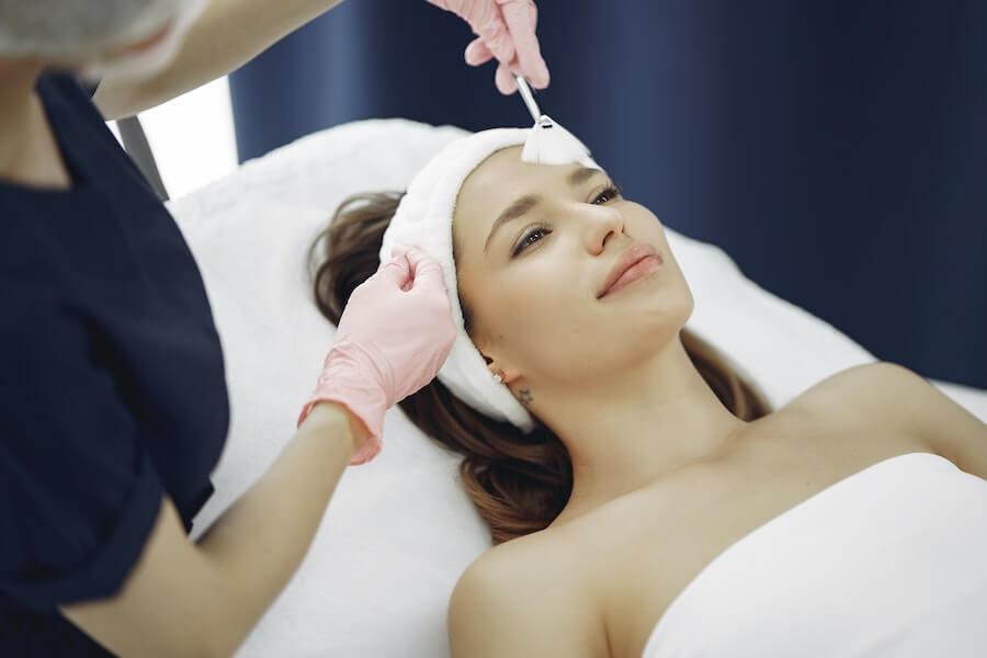 kvinna-får-ansiktsbehandling-i-gbg